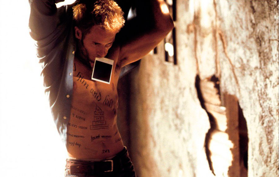 Guy Pearce tatuaje Memento